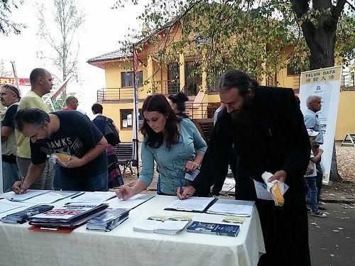 '图3:一名修道士前来签名支持法轮功'