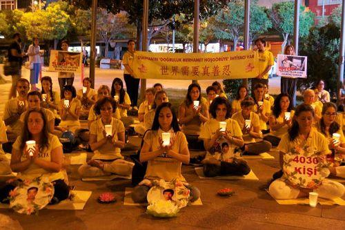 在贝西克塔斯广场举行的烛光悼念活动
