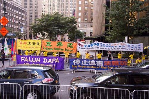 '图1~4:9月21日,纽约部份法轮功学员在联合国会场外举行和平请愿,呼吁法办江泽民,要求中共停止迫害法轮功。'