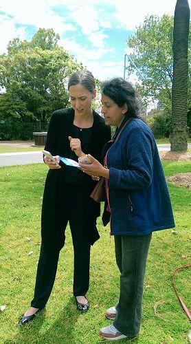 '图3:Bernadette女士(右)向法轮功学员斯德芙了解法轮功'
