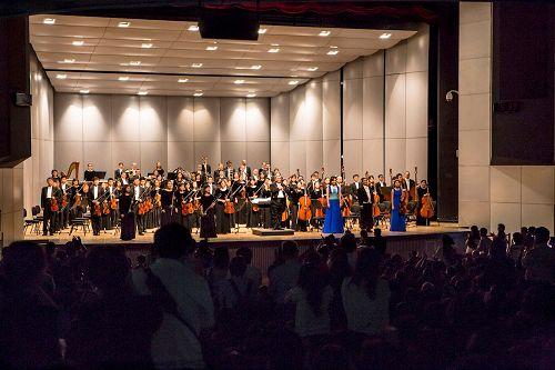 &#039图1:指挥米兰•纳切夫在九月二十六日云林场演出后,带领音乐家们谢幕,观众们喝彩、呼声依然不绝。&#039