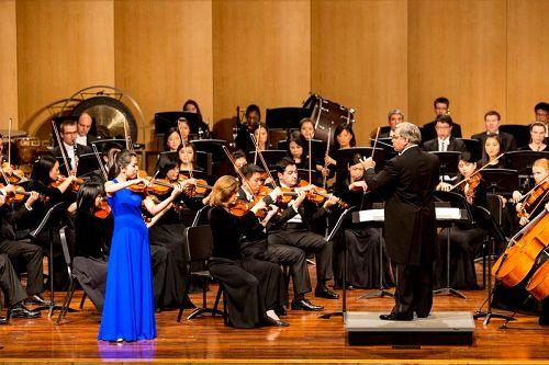 &#039图2:小提琴演奏家郑媛慧的演出。&#039