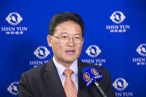 &#039圖8:彰化市長邱建富盛贊神韻樂團發揚了華人五千年優良的歷史與傳統。&#039