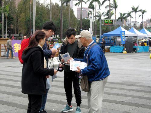 图6:中西游客喜闻法轮功真相,表示要等待观看学员集体大炼功和天国乐团的表演。