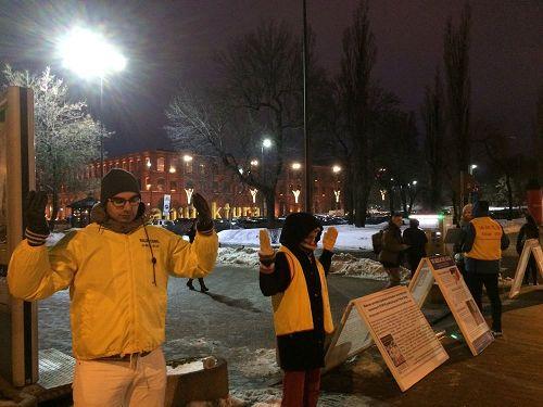 '图1:波兰法轮功学员在罗兹市大超市前展示法轮功功法。'