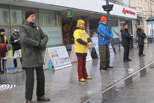 '图2:波兰法轮功学员在罗兹市中心步行街上展示法轮功功法'