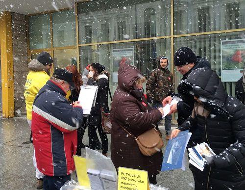 '图3:漫天大雪也挡不住人们反迫害征签'