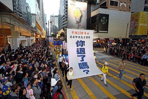 '图11~19:法轮功学员的游行队伍向民众传递真相。'