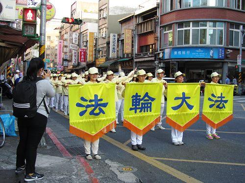 图1-3:台北市大同区法轮功学员应邀参加跨年嘉年华活动,受到热烈赞誉及欢迎。