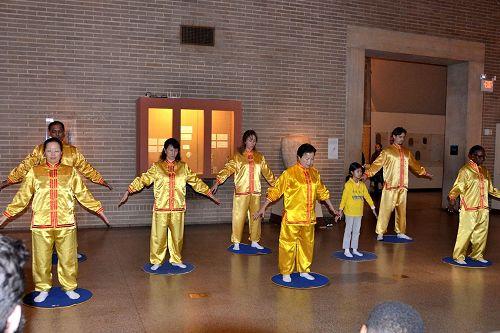 '图1:法轮功学员在宾大迎接中国新年庆祝活动上演示法轮功功法。'