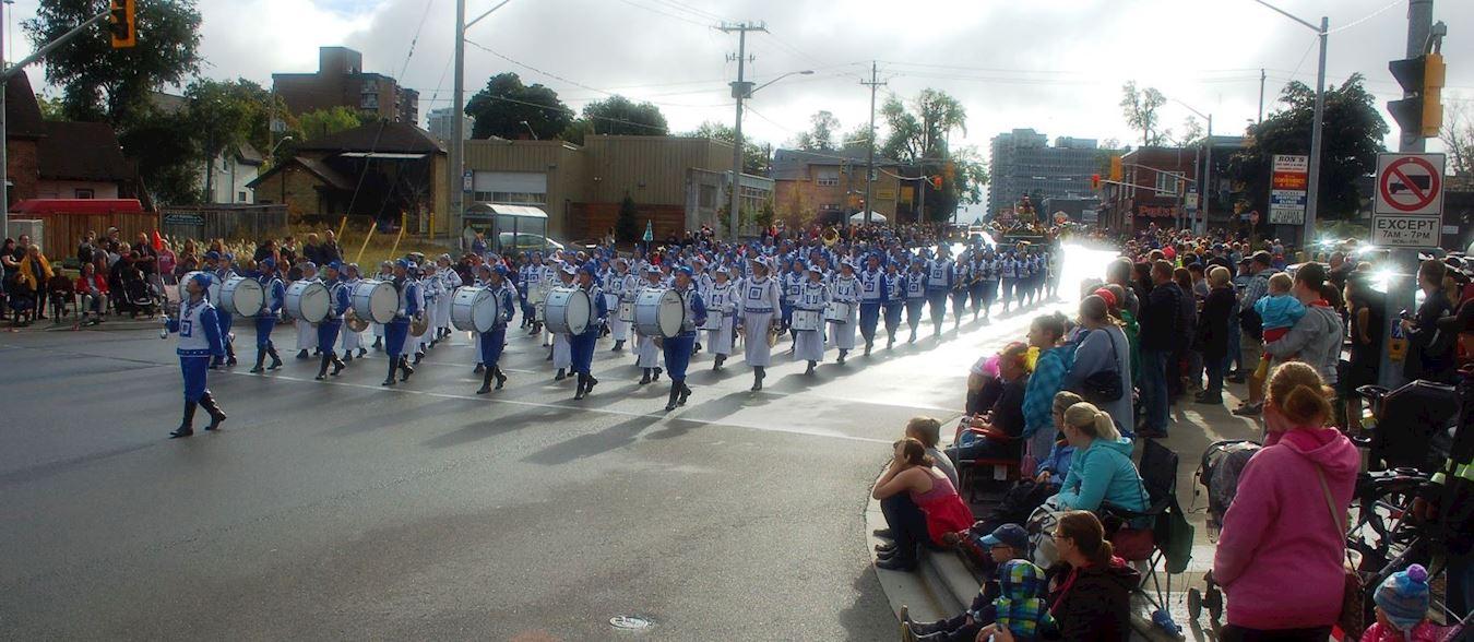 10月9日,多伦多部分法轮功学员组成的天国乐团参加了一年一度的基奇纳-滑铁卢慕尼黑啤酒节感恩节游行(Kitchener-Waterloo Oktoberfest Thanksgiving Day parade)。(明慧网)