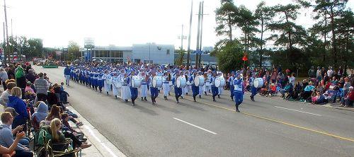 '图1~4:二零一七年十月九日,多伦多法轮功学员组成的天国乐团参加了一年一度的基奇纳-滑铁卢慕尼黑啤酒节感恩节游行(Kitchener-WaterlooOktoberfestThanksgivingDayparade)。'