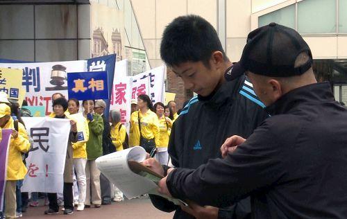 '图1~6:游行队伍所经之处,日本民众签名支持。'