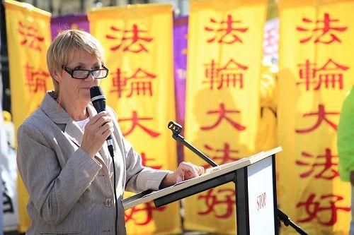 """'图2:奥斯塔丽女士在集会上发表题为""""支持中国法轮功学员""""的演说。'"""
