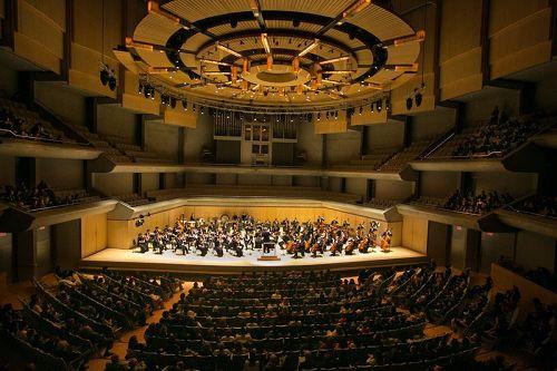 '图1:10月11日晚,美国神韵交响乐团在多伦多汤姆森音乐厅的演出带给当地观众难以言表的震撼。'