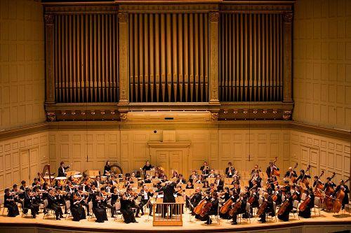'图2:2017年10月13日,神韵交响乐团在波士顿交响乐厅演出。'