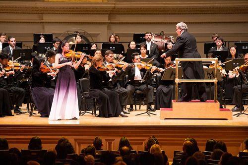 '图4:10月14日晚间,神韵交响乐的天籁之音在卡内基大厅(CarnegieHall)响起,纽约主流观众欣赏了一场顶级音乐盛宴。图为小提琴演奏家郑媛慧在演奏。'
