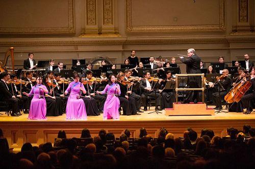 '图5:10月14日晚间,神韵交响乐的天籁之音在卡内基大厅(CarnegieHall)响起,纽约主流观众欣赏了一场顶级音乐盛宴。图为二胡演奏家戚晓春、孙璐与王真的演出。'