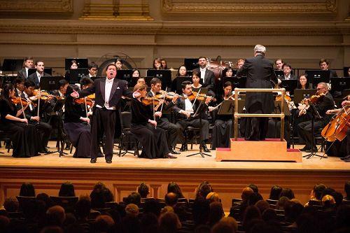 '图6:10月14日晚间,神韵交响乐的天籁之音在卡内基大厅(CarnegieHall)响起,纽约主流观众欣赏了一场顶级音乐盛宴。图为男高音歌唱家天歌在演唱。'