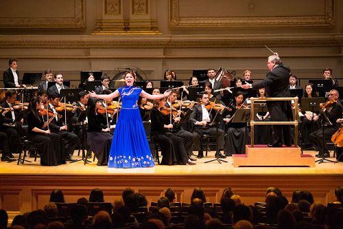 '图7:10月14日晚间,神韵交响乐的天籁之音在卡内基大厅(CarnegieHall)响起,纽约主流观众欣赏了一场顶级音乐盛宴。图为女高音歌唱家耿皓蓝的演出。'