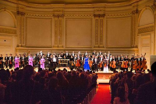 '图8:10月14日晚,纽约卡内基大厅(CarnegieHall)主厅,神韵交响乐团演出谢幕,全场观众起立鼓掌。'
