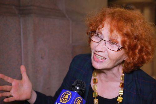 '图9:钢琴家MartaTereshchenko在纽约卡内基音乐厅欣赏了神韵交响乐团的演出'
