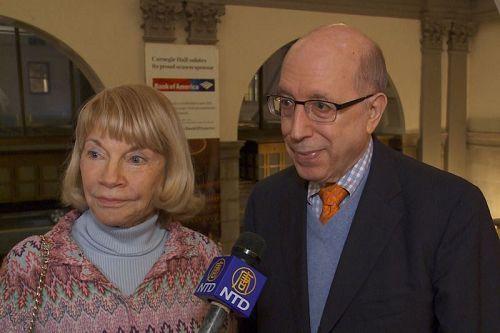 '图10:前电视新闻女主播KristiWitker与友人BobKandel于10月14日晚在纽约卡内基音乐厅欣赏了神韵交响乐团的演出'