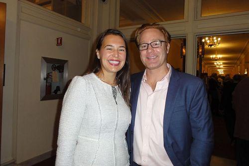 '图12:NinaResetkova医生女士和企业家AdamRay先生相偕,于2017年10月13日晚间,在波士顿交响乐厅来体会这等待已久、奇妙又独特的感动。'