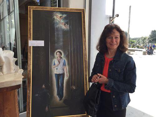 图2:Christine与让她落泪的作品《正念走出》合影