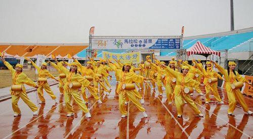 '图1~2:十月十五日台湾法轮<span class='voca' kid='53'>大法</span>腰鼓队,受邀为二零一七年台湾马拉松in苗栗开场表演,不畏风雨的精彩演出,获得热烈掌声。'