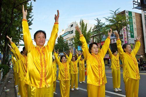 '图1~3:天国乐团和炼功队在富川市民庆典的游行中。'