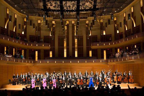 '图1:伴随着观众雷鸣般的掌声和喝彩,神韵交响乐团在美国首府华盛顿地区的斯特拉斯莫尔音乐中心(StrathmoreMusicCenter)的演出为二零一七年巡演划上了完满的句号。'