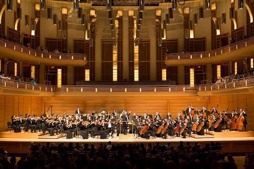 '图2:神韵交响乐团十月二十二日在斯特拉斯莫尔音乐中心的演出获热烈反响,观众长时间起立鼓掌,最后以三首安可曲谢幕。'
