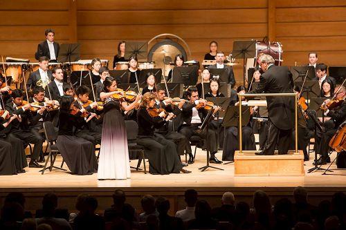 '图3:神韵交响乐团小提琴演奏家郑媛慧在斯特拉斯莫尔音乐中心演奏柴可夫斯基的《小提琴协奏曲第三乐章》,现场观众感动落泪。'