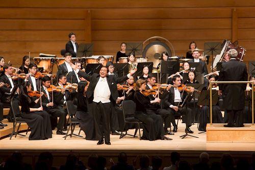 '图4:神韵交响乐团男高音天歌在斯特拉斯莫尔音乐中心演唱。'