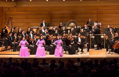 '图5:神韵交响乐团二胡演奏家戚晓春、孙璐与王真在演奏二胡三重奏。'
