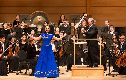 '图6:神韵交响乐团女高音耿皓蓝在斯特拉斯莫尔音乐中心演唱。'