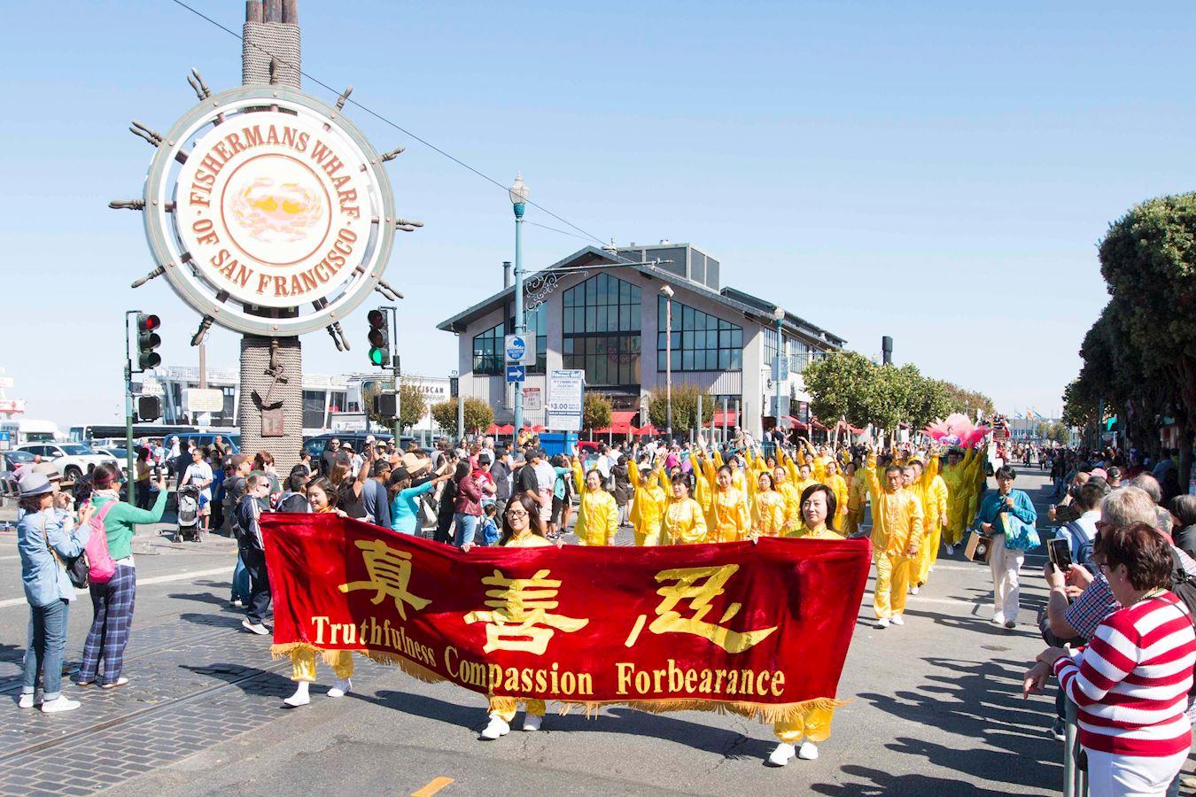 法轮功学员参加哥伦布日游行受欢迎。(明慧网)