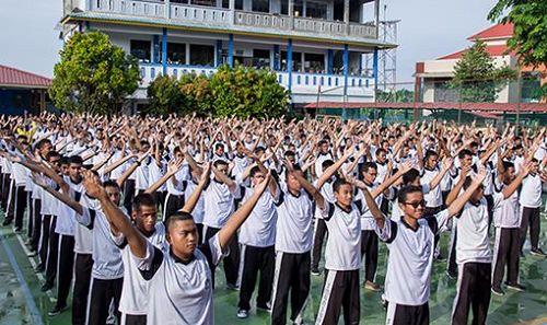 '图1~7:七百多名印尼国立巴淡岛高中学生及教师集体学炼法轮功'