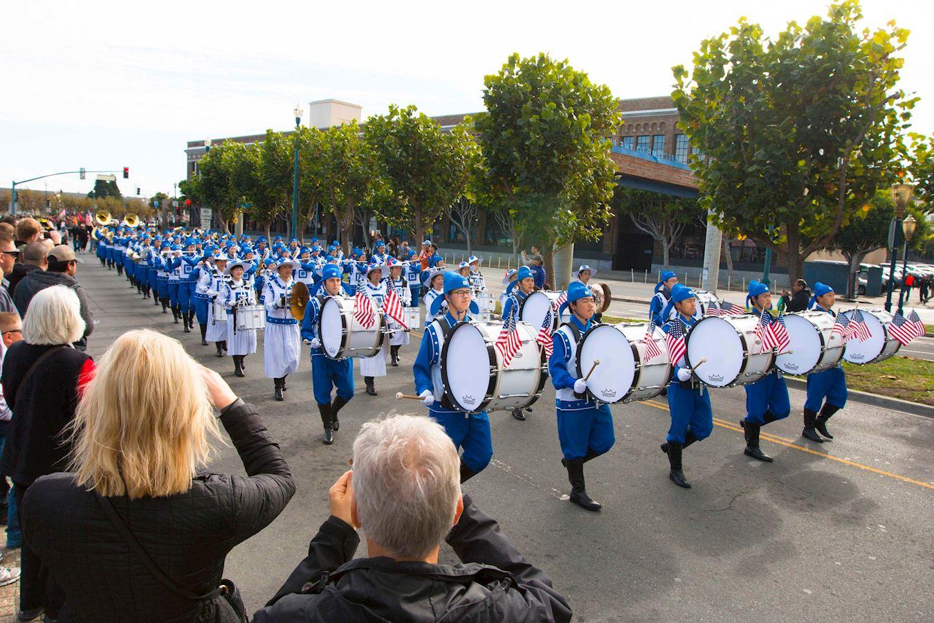 法轮功学员参加老兵节游行受欢迎。(明慧网)
