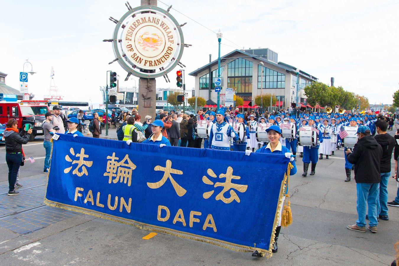 法輪功學員參加老兵節遊行受歡迎。(明慧網)