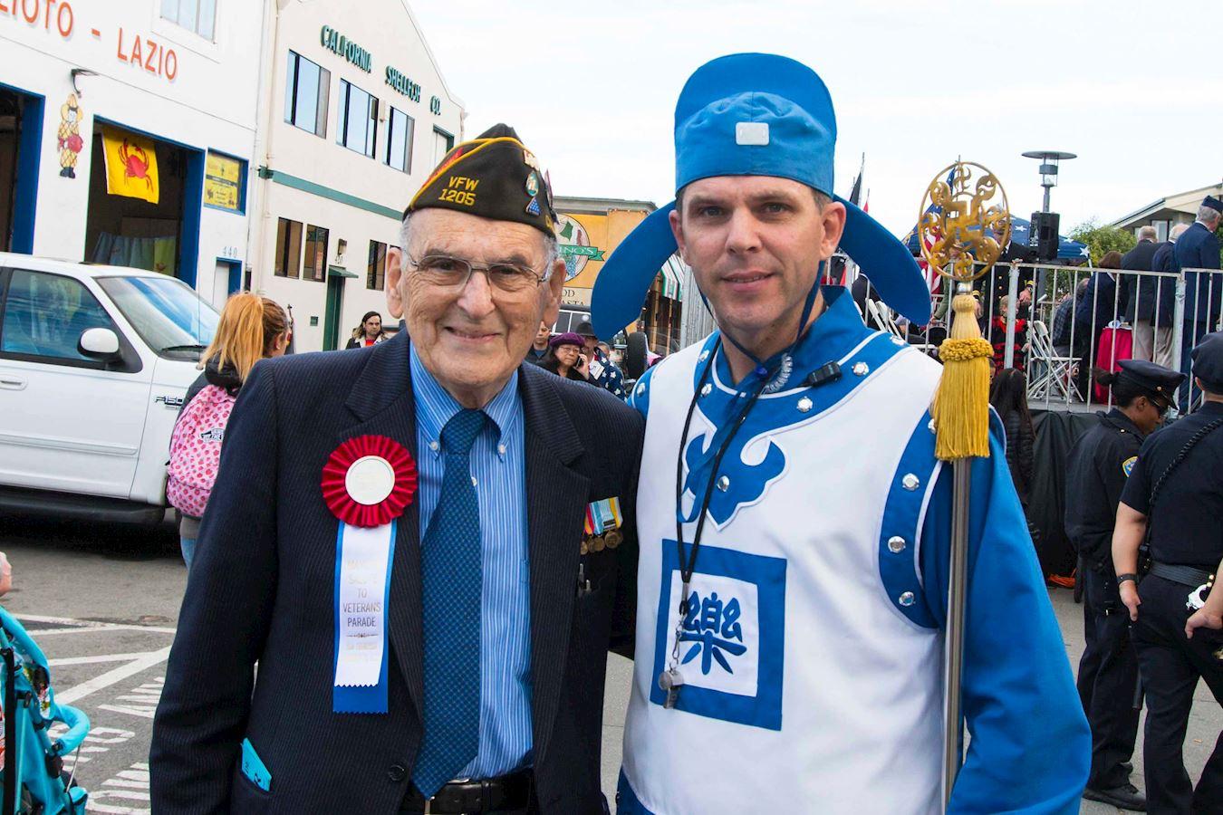 游行主办者Wallace Levin(左)表示,法轮功学员能参加老兵节游行,他感到荣幸。(明慧网)