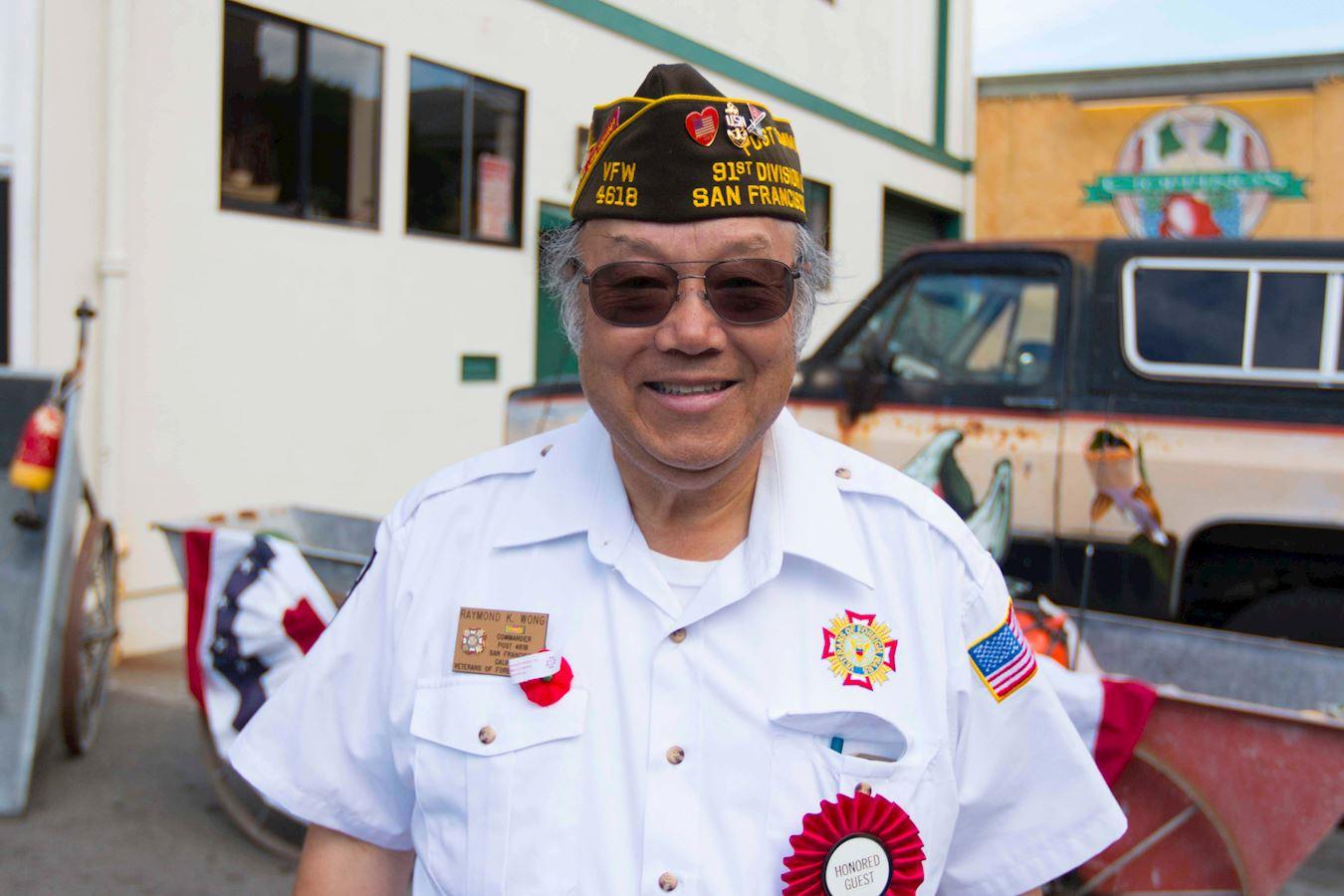 美国退伍军人协会第十五分会指挥官黄国仁表示非常高兴看到法轮功学员参加老兵节游行。(明慧网)