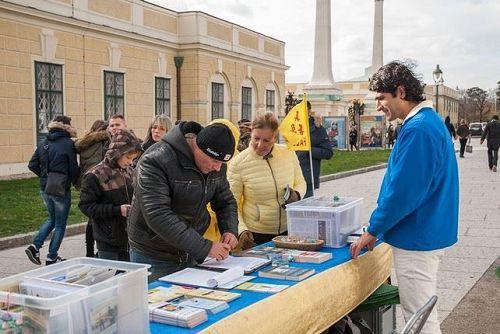 '图1-2:法轮功学员在维也纳著名景点Schoenbrunn举办信息日活动,征集反迫害签名'