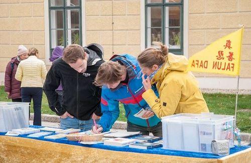 '图5:慕尼黑青年签名支持法轮功反迫害'