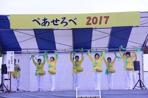 '图2:法轮功学员表演传统腰鼓舞'