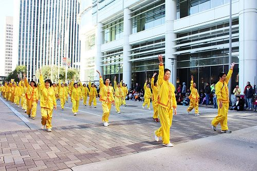 '图1~2:二零一七年十一月二十三日,休士顿举办第六十八届H-E-B感恩节游行。法轮功学员再次前来参加,向观众们展示法轮功功法动作。'