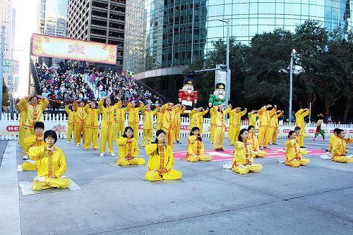 '图3:法轮功学员在游行的表演区进行功法表演。'