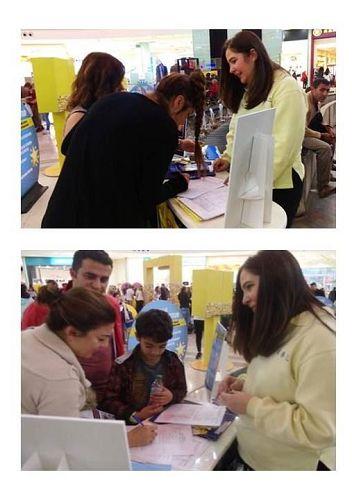 '图3:民众在要求将迫害元凶江泽民绳之以法的签名簿上签字'