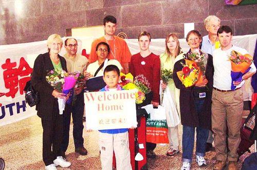 图2:十五年前丹迪斯(右4)前往北京天安门和平请愿而遭非法抓捕后被强行遣返、抵达墨尔本机场